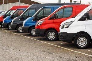 Varias furgonetas de transporte aparcadas