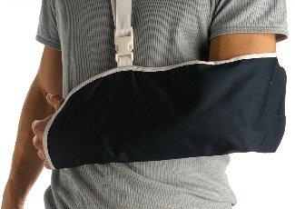 Seguro incapacidad temporal. Una persona con el brazo sujeto en un cabestrillo