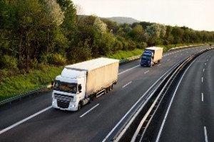 Camion con carga circula por una autopista
