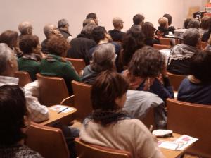 Personas de una asociacion reunidas en asamblea