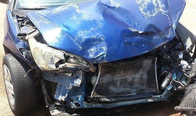 Foto vehículo dañado por accidente