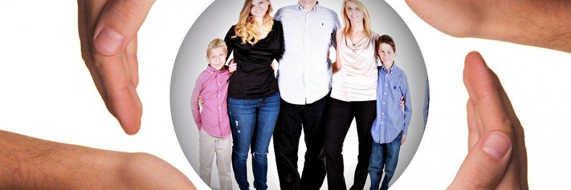 Grupo familiar en una esfera protegida por varias manos alrededor