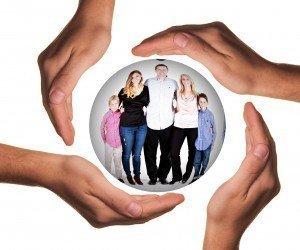 Grupo familiar en una esfera rodeada de manos