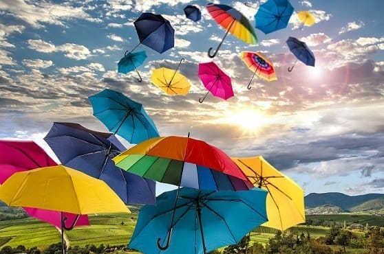 paraguas de colores en el cielo