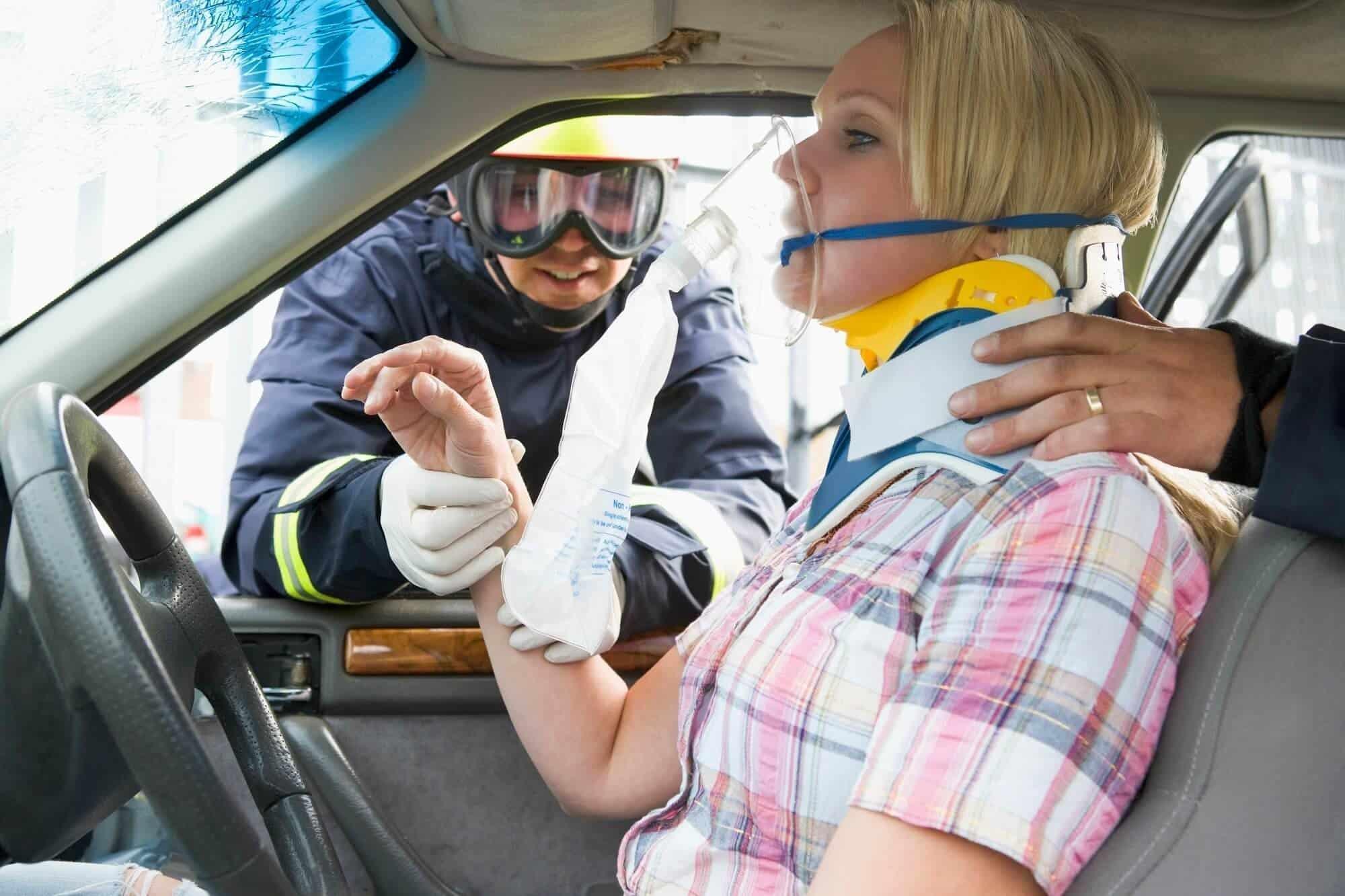 seguro de baja laboral. Mujer accidente de tráfico