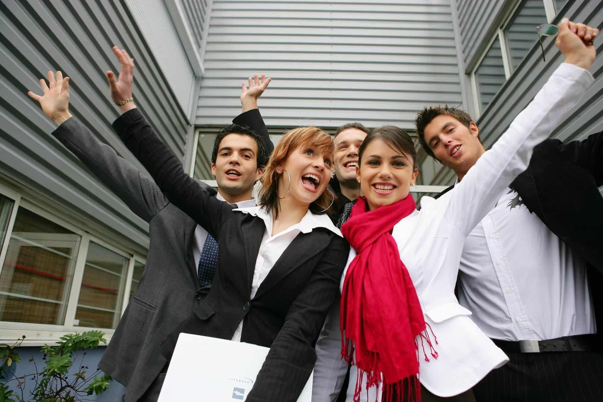 Seguros especiales para asociaciones. Grupo de jóvenes saludando