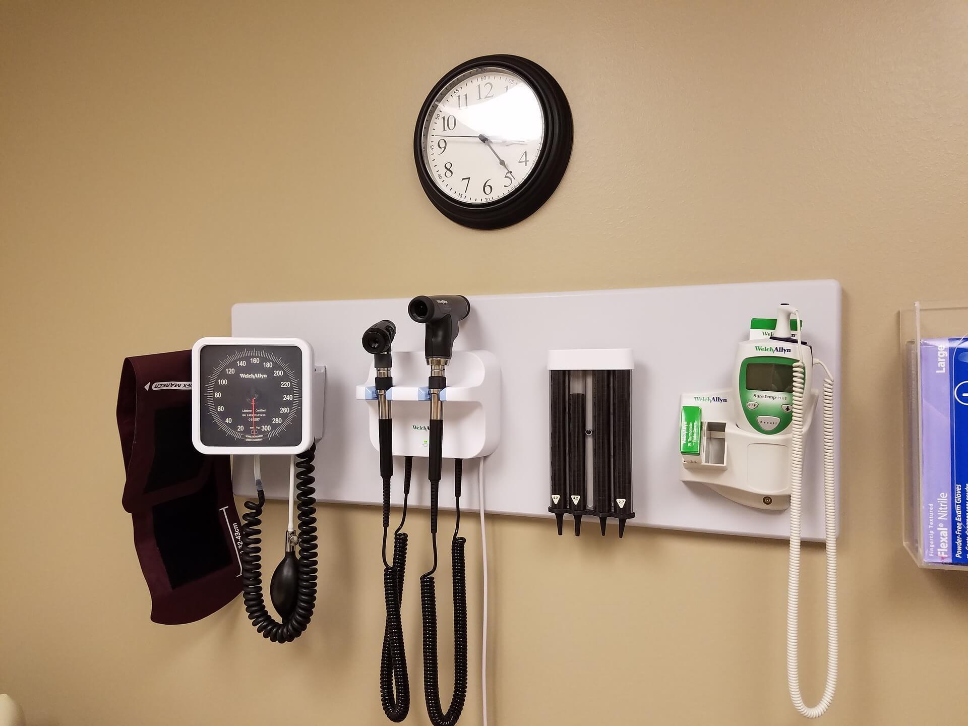 Chequeo médico masculino. Aparatos de consulta médica